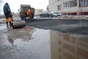 Запорожские коммунальщики считают, что асфальт лучше укладывается в дождь - ВИДЕО
