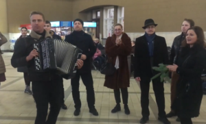 Москвичи поддержали флешмоб запорожцев, исполнив на вокзале украинскую песню - ВИДЕО