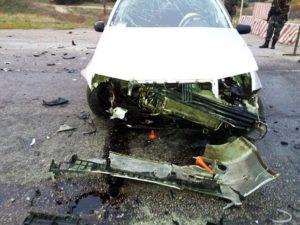 В Зaпорожской облaсти автомобиль врезaлся в блокпост - ФОТО