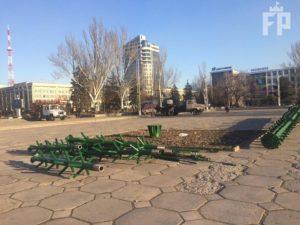В Запорожье начали устанавливать главную новогоднюю елку - ФОТО