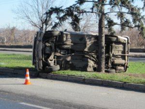 В Запорожье из-за скользкой дороги разбился автомобиль - ФОТО
