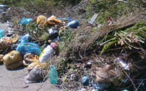 Запорожцы заваливают кладбища своим мусором