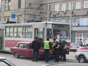 В Запорожье в трамвай снова врезалась легковушка: есть пострадавший - ФОТО