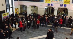 Студенты устроили необычный флеш-моб на вокзале и спели песню из культового фильма