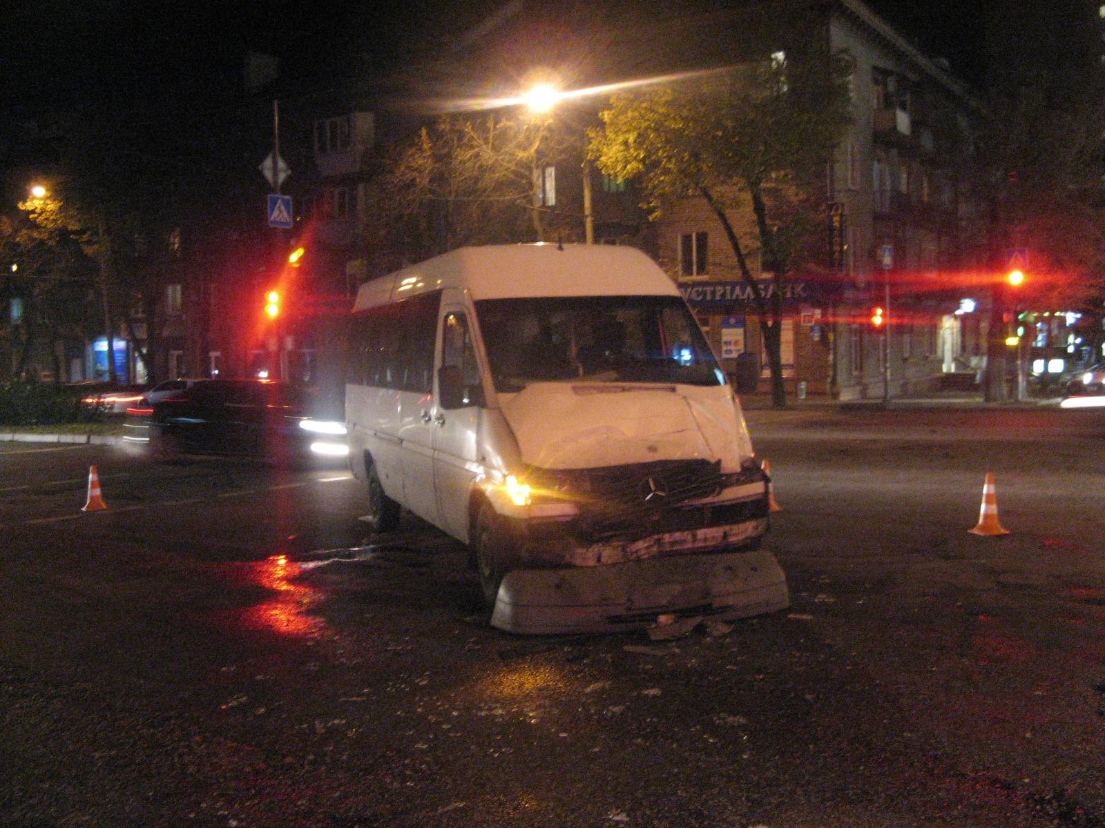 В центре Запорожья маршрутка с пассажирами столкнулась с грузовиком - ФОТО