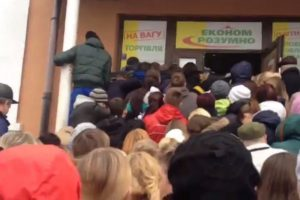 В Бердянске молодые парни едва не подрались из-за одежды в магазине Second Hand