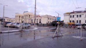 Жизнь без шлагбаума: стоянка у запорожского ж/д-вокзала стала бесплатной – ФОТО