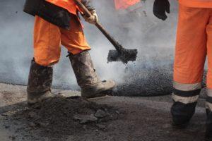Коммунальщики сделали неприятный сюрприз для запорожцев в виде перекопанной дороги – ФОТО