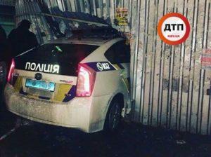В Киеве полицейский Приус разнес хлебный киоск - ФОТО