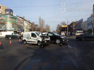 В центре Запорожья произошло ДТП: на перекрестке столкнулись легковушки - ФОТО