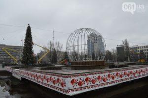 В центре Запорожья нарядили новогоднюю елку и установили огромный шар - ФОТО