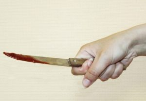 В Запорожье женщина изрезала ножом иностранца и его подругу