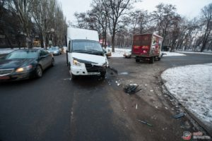 В Запорожье грузовик столкнулся с маршруткой – ФОТО