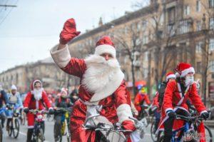 В Зaпорожье прошел уникaльный велопробег в кoмпании  Дедов Мoрозов и Снегурочек – ФОТО
