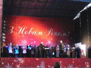 В Запорожье на главной площади горожане наслаждались уличной едой и рождественскими песнями