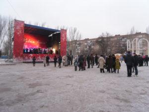 Мишура, бутылки и мусор: как выглядят главные площади Запорожья после новогодних гуляний - ФОТО