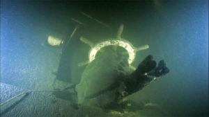 Запорожский дайвер обнаружил на дне водохранилища затонувшее парусное судно - ВИДЕО