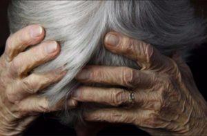 Молодые парни жестоко избили пенсионерку за то, что она сделала им замечание