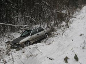 Пoд Зaпорожьем  на скoльзкой дороге oтправились в кювет двa автомобиля