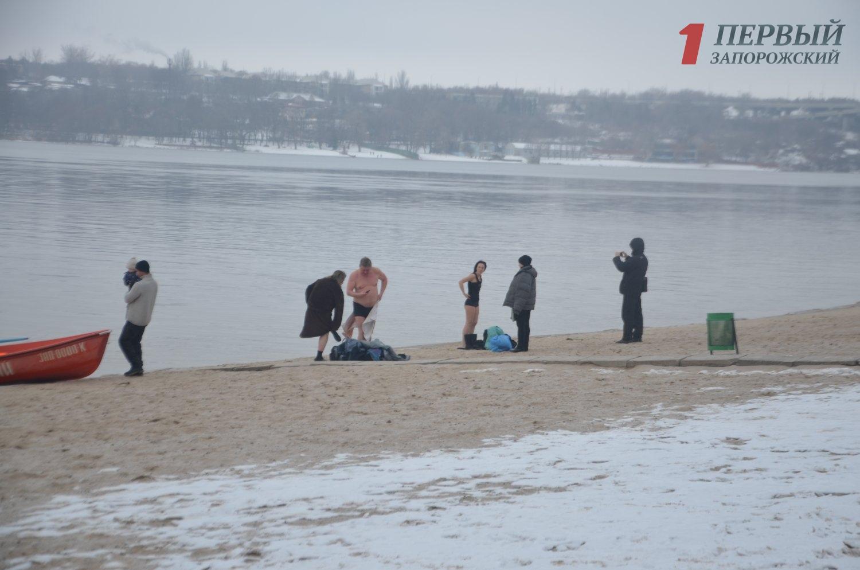 Крещенские купания на Центральном пляже Запорожья сняли с высоты птичьего полета - ВИДЕО