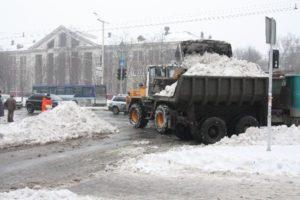 Запорожcкие коммунальщики снег с мусором сбрасывают в реку - ВИДЕО