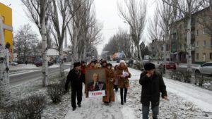 В Запорожской области устроили шествие с портретом Ленина - ФОТО
