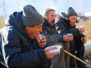 В Запорожье работают пункты горячего питания для бездомных