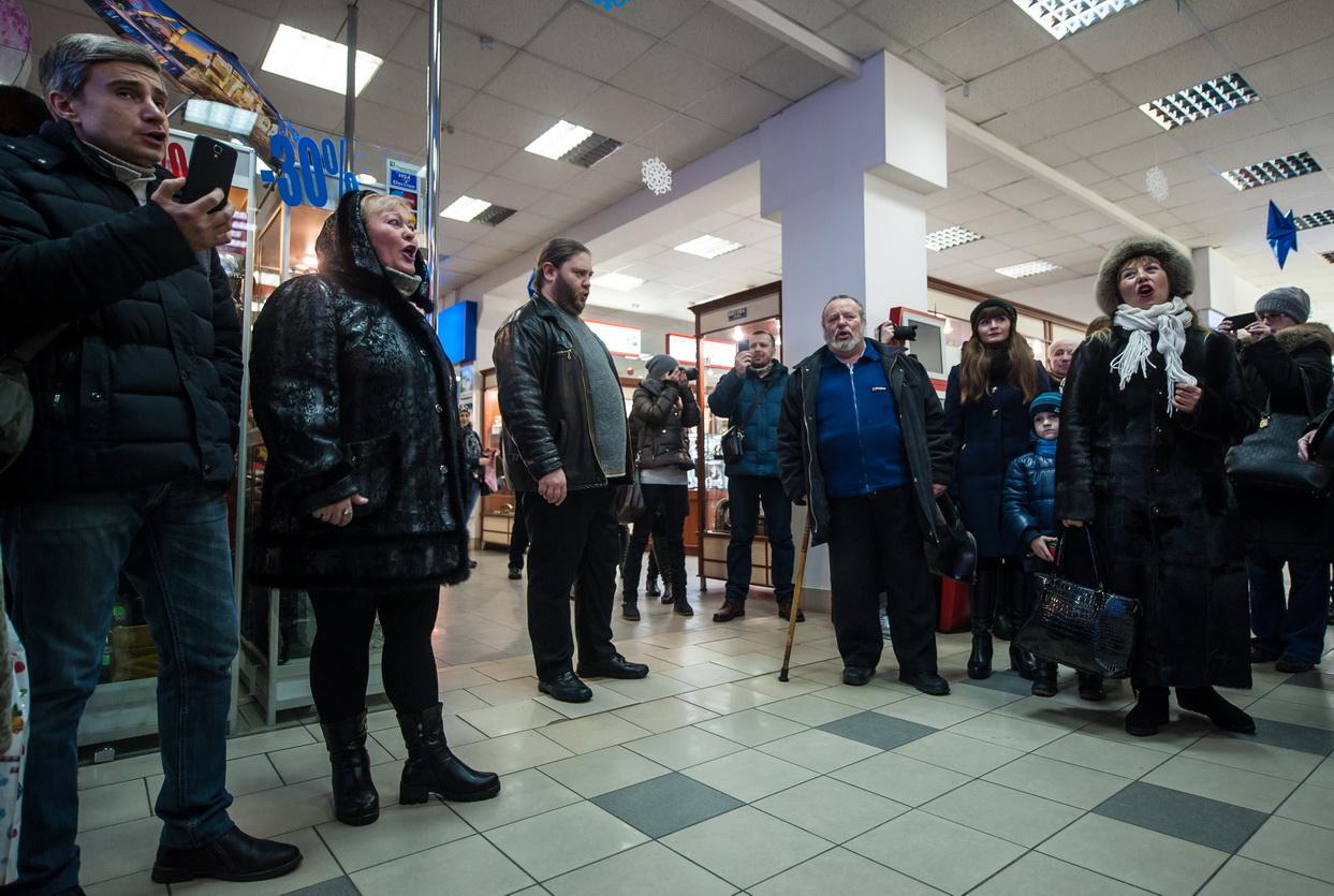 В Запорожье в торговом центре прошел рождественский флешмоб - ВИДЕО