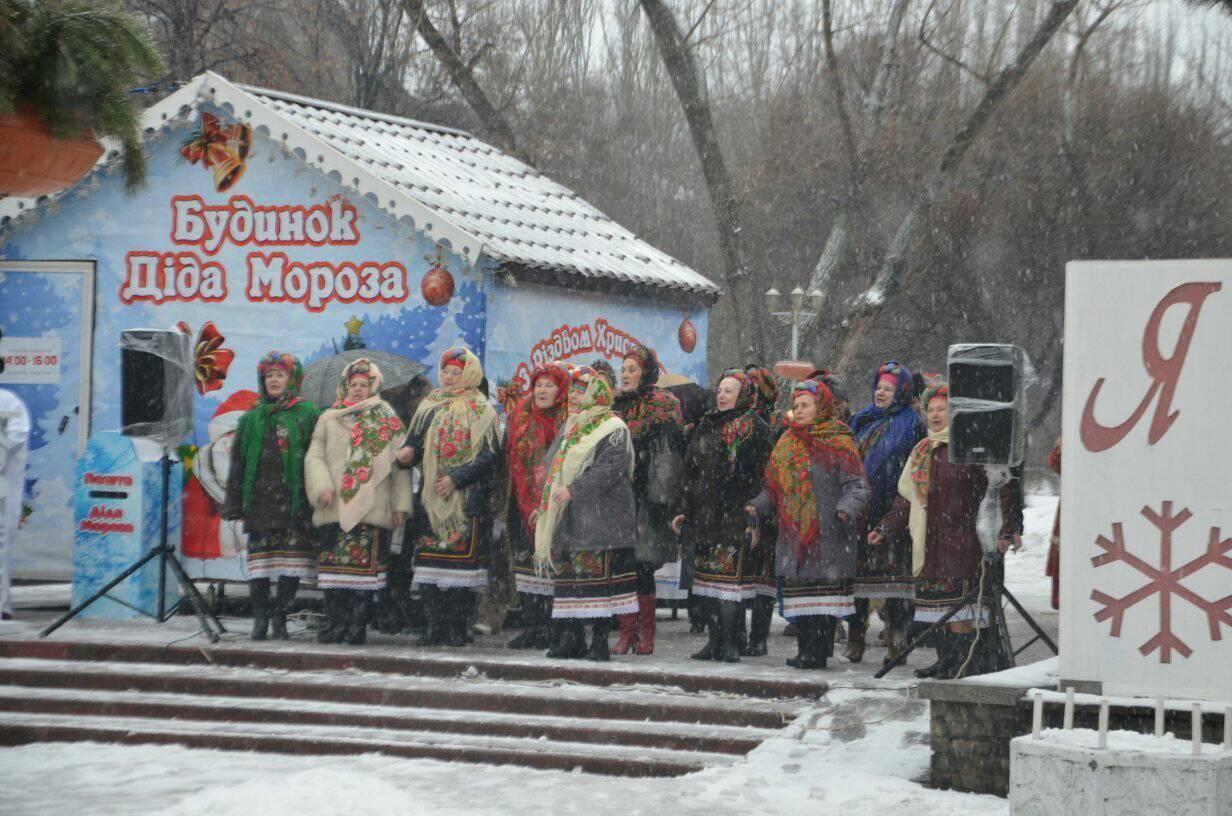 Несмотря на плохую погоду, запорожцы продолжают отмечать зимние праздники – ФОТОРЕПОРТАЖ