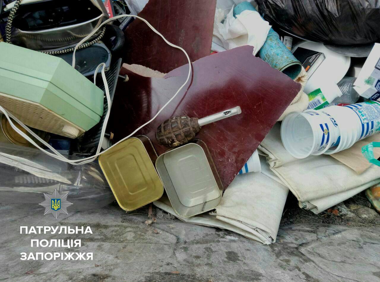 В Запорожье во дворе дома нашли гранату в мусорном баке - ФОТО
