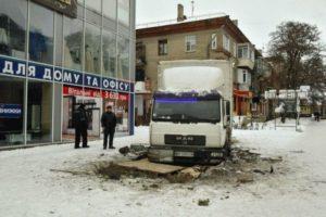 В центре Запорожья грузовик провалился под землю - ФОТО