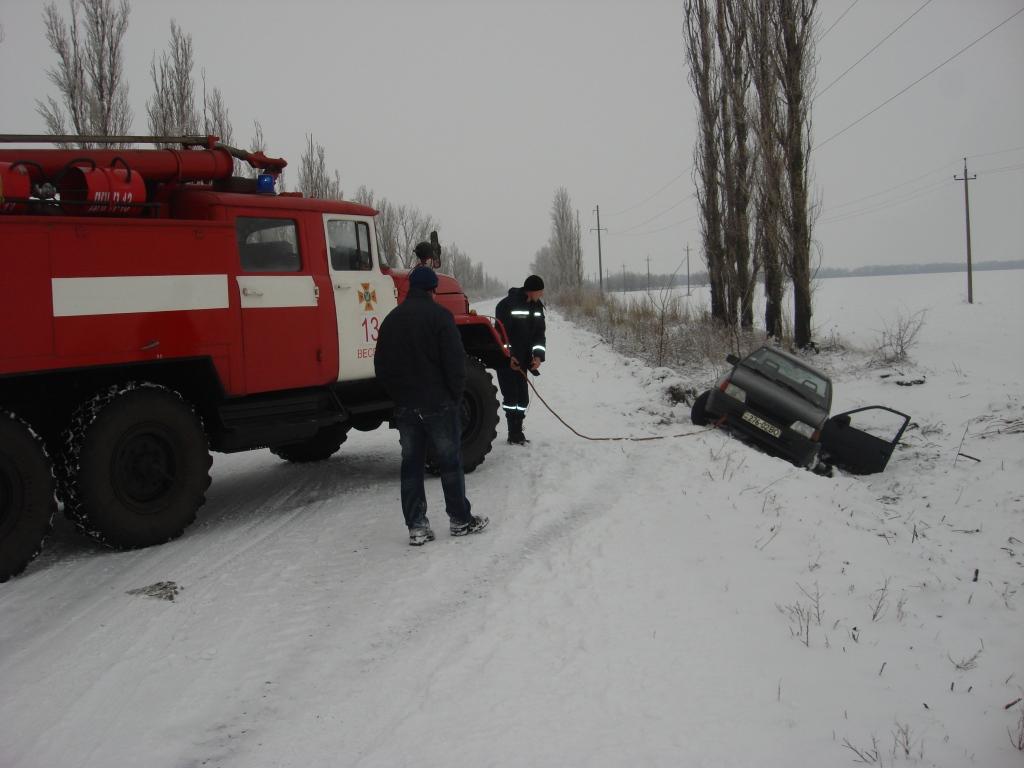 В Запорожской области машина слетела с дороги в кювет - ФОТО