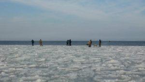 Двенадцать запорожских рыбаков несколько часов дрейфовали на отколовшейся льдине