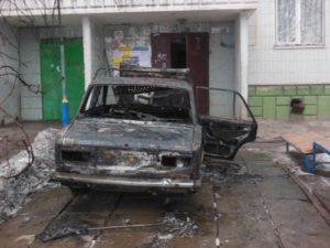 В Запорожье возле подъезда сгорел автомобиль - ФОТО, ВИДЕО