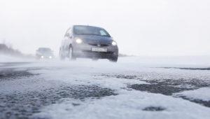 В Запорожской области спасатели вытаскивают автомобили из кюветов
