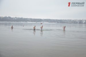 Запорожцы не боятся крещенских морозов и окунаются в Днепр- ФОТО