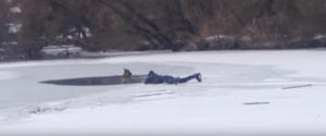 В Запорожье парень спас провалившуюся под лед собаку - ВИДЕО