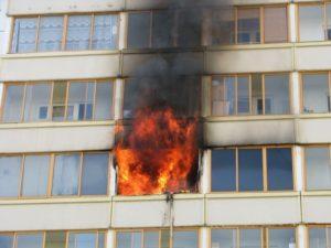 В Запорожской области жители многоэтажного дома попали в огненную ловушку
