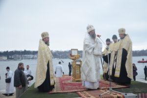 Запорожский губернатор и митрополит окунулись в водах Днепра - ФОТО