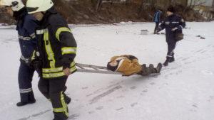 В Запорожье рыбак застрял на льду со сломанной ногой - ФОТО