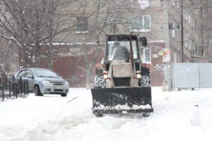 В Запорожье активно ведется работа по очистке дорог от снега