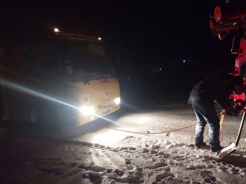 В Запорожской области школьный автобус попал в снежный плен - ФОТО