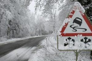 В Запорожской области трактор застрял в снежном сугробе
