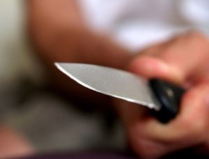 В Запорожской области женщину ударили ножом в собственном доме