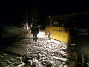 В Запорожской области школьный автобус снова оказался в снежном плену