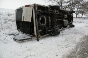 Под Запорожьем перевернулся микроавтобус с пассажирами: есть пострадавшие