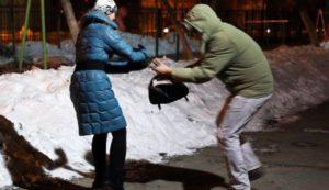 Средь бела дня грабители отобрали у женщины два мобильника и 50 тысяч гривен