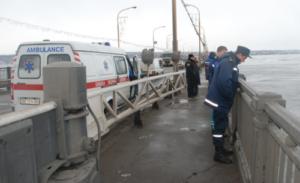 Полиция опубликовала видео спасения запорожца, прыгнувшего с ДнепроГЭСа - ВИДЕО