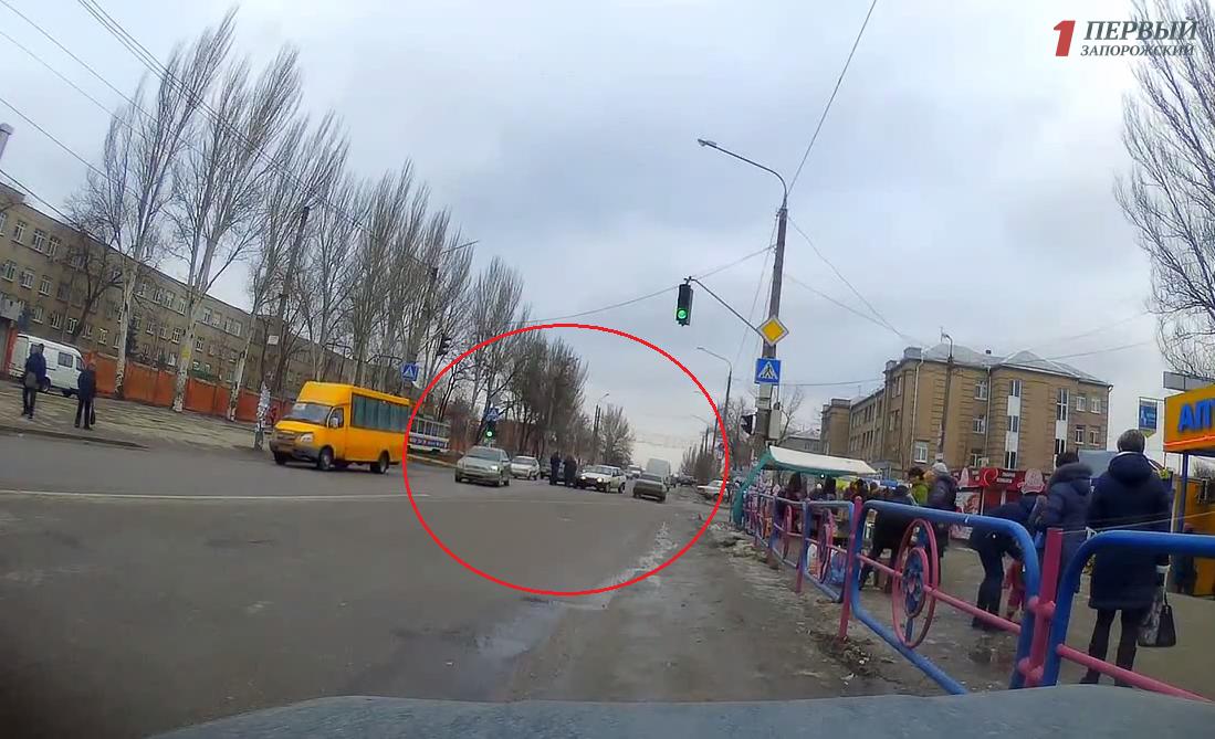 В Запорожье легковушка на скорости влетела в другое авто - ВИДЕО