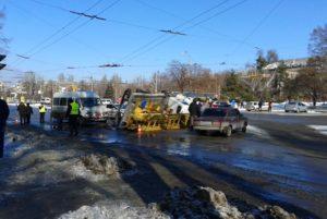 В центре Запорожья произошло серьезное ДТП: маршрутка с пассажирами влетела в ремонтную вышку - ФОТО